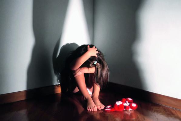 Botte e abusi su ragazzi: 5 arresti in casa famiglia