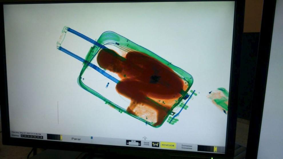Al bambino nella valigia il permesso di soggiorno