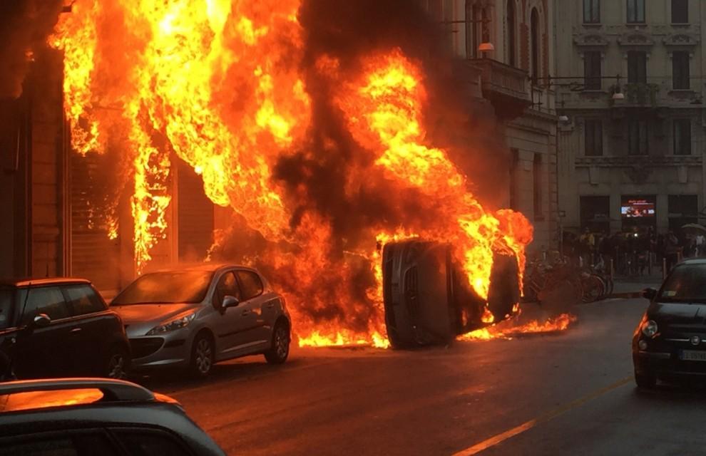 La calata dei black block: devastazione a Milano
