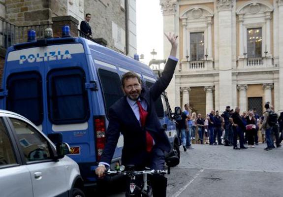 Bancarotta, papà-Renzi resta indagato a Genova