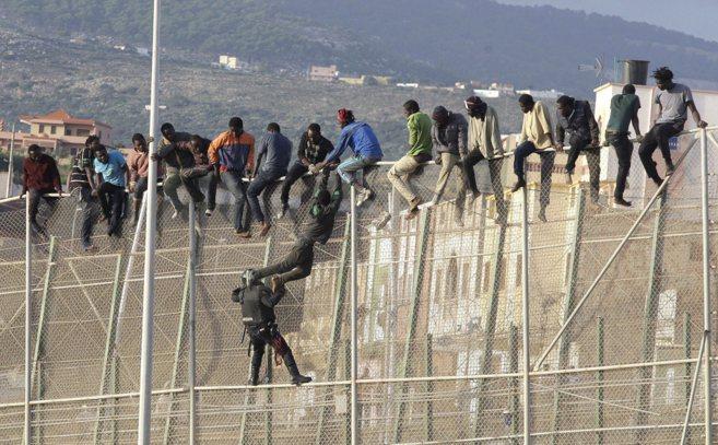 Immigrazione, nuovi muri nella vecchia Europa
