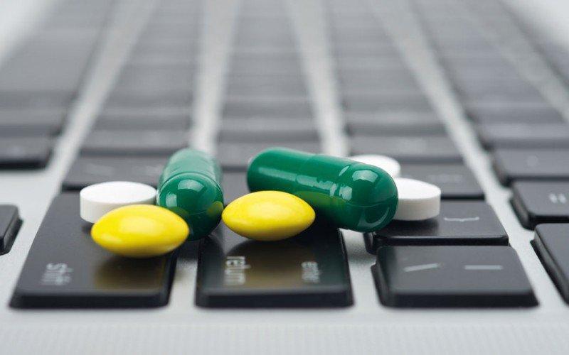 Farmaci contraffatti: un pericolo che corre sul web