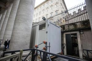 Papa: docce per i clochard sotto il colonnato di San Pietro