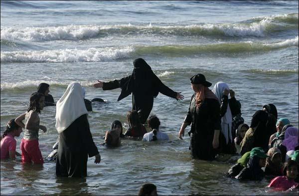Le musulmane vogliono una spiaggia senza uomini