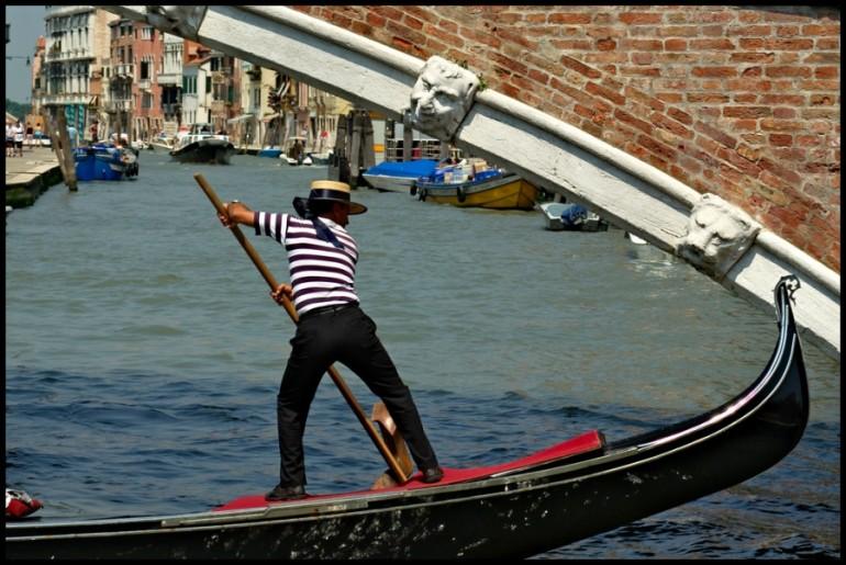 A Venezia gondolieri 'doc' con tanto di logo
