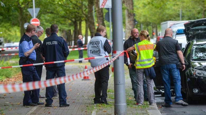 Accoltella poliziotta a Berlino, ucciso jihadista
