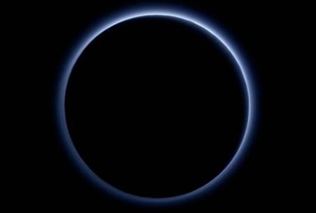 Plutone: cielo azzurro e acqua ghiacciata