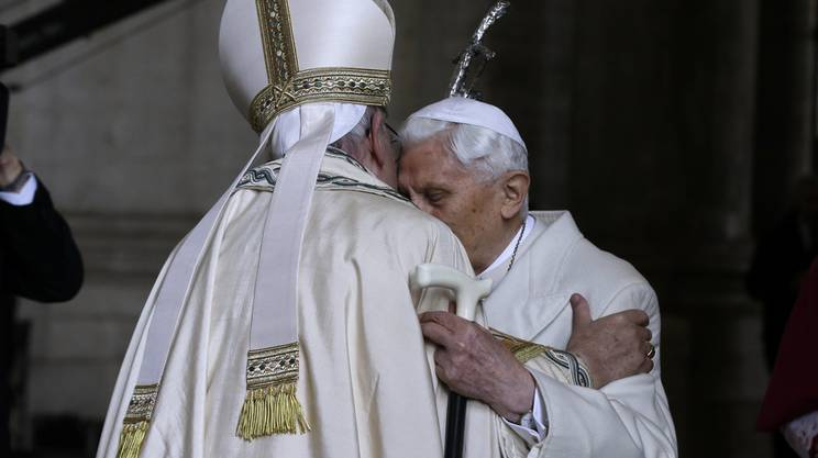 L'abbraccio fra Bergoglio e Ratzinger