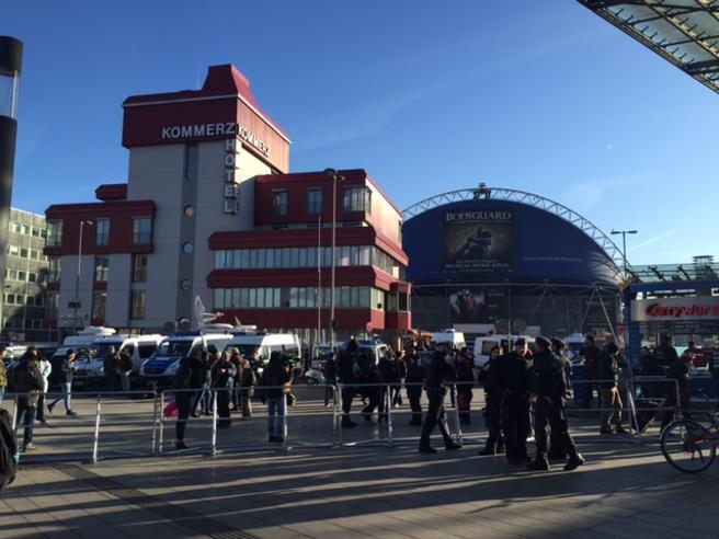 Colonia: da Fb l'invito alla 'caccia all'uomo'. Aggrediti migranti