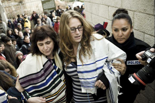 Israele: al Muro le donne pregano con gli uomini
