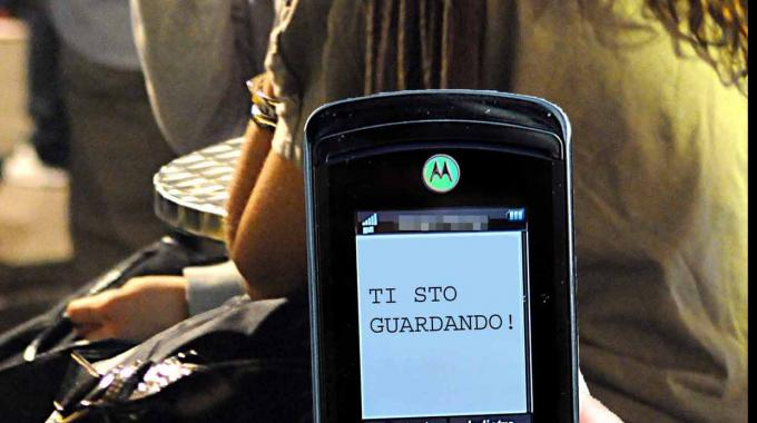 Stalking: se rispondi agli sms, perdi protezione