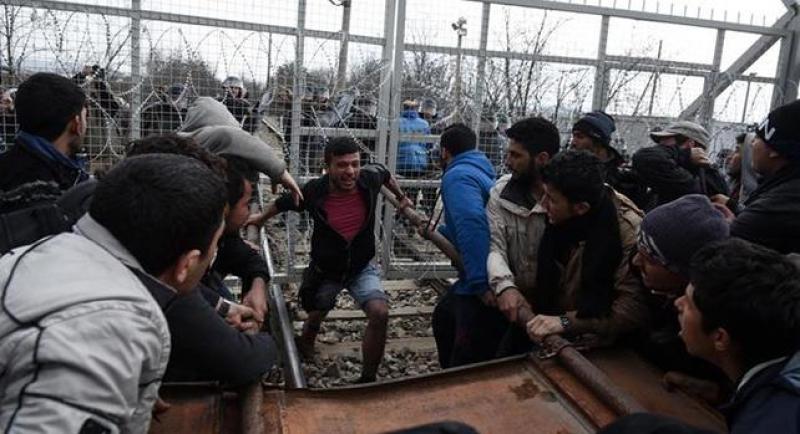 Migranti, scontri fra Grecia e Macedonia
