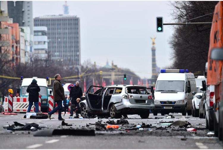 Berlino: esplode auto, una vittima