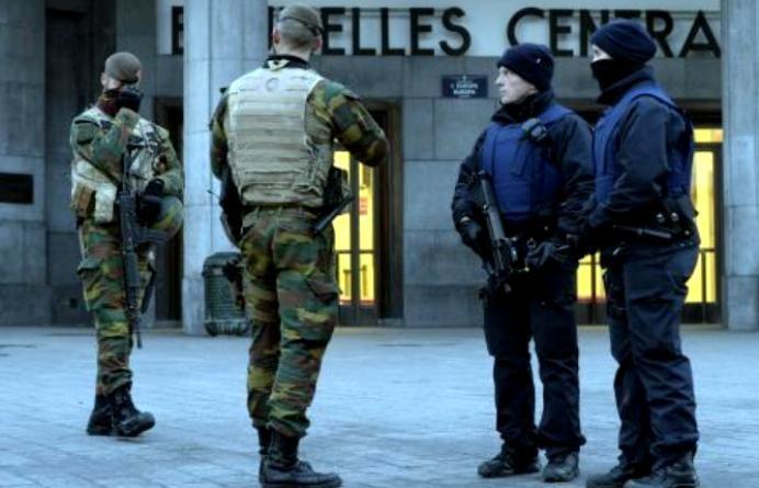 Sparatoria a Bruxelles, feriti quattro agenti