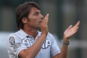 SIENA, ITALY - AUGUST 28: Siena head coach Antonio Conte gestures during the Serie B match between Siena and Reggina at Artemio Franchi - Mps Arena Stadium on August 28, 2010 in Siena, Italy.  (Photo by Gabriele Maltinti/Getty Images) *** Local Caption *** Antonio Conte