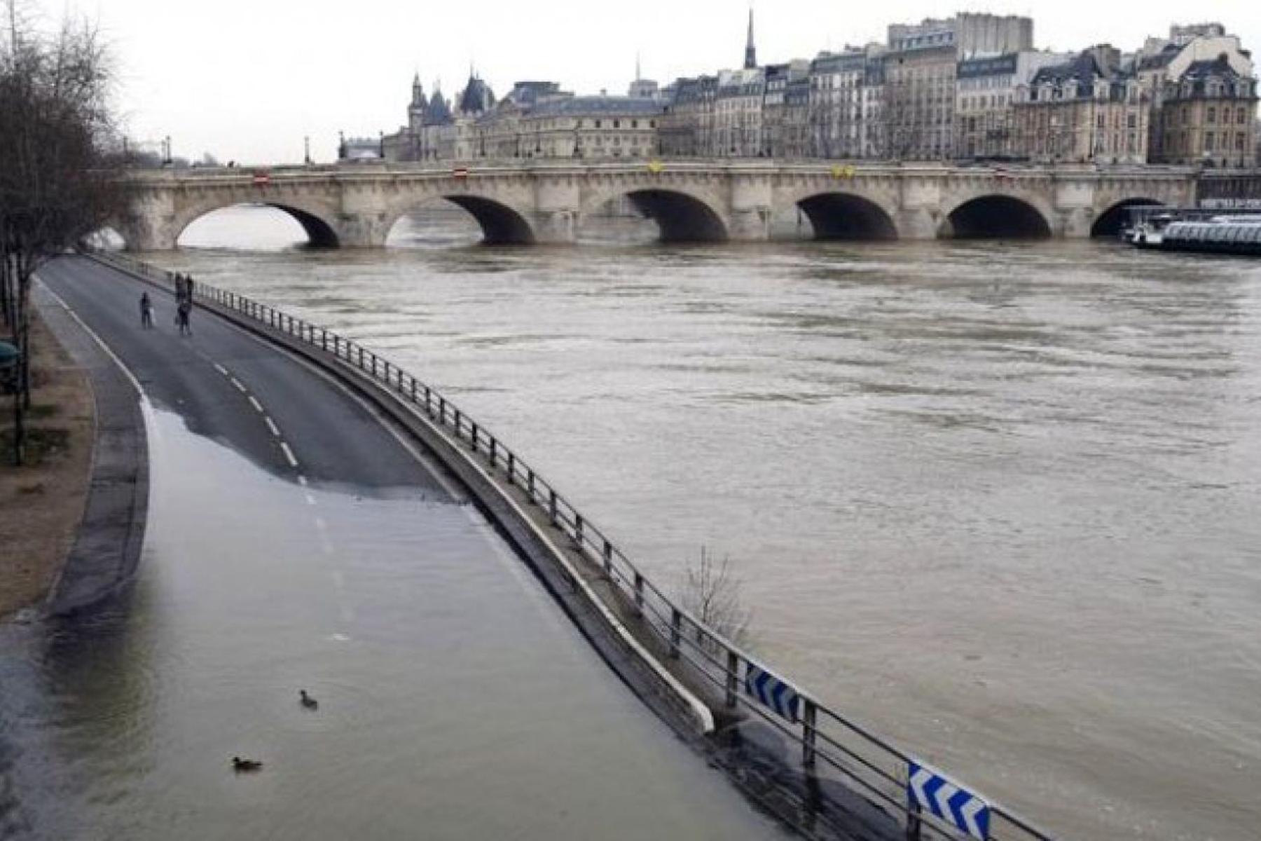 Parigi sommersa dalla Senna: la piena sale ancora