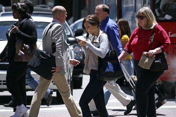 Smartphone walking: in pericolo 1 italiano su 2