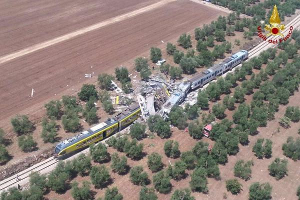Scontro fra treni, almeno 20 morti in Puglia