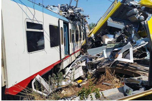 Scontro fra treni, Renzi in Puglia: voglio la verità