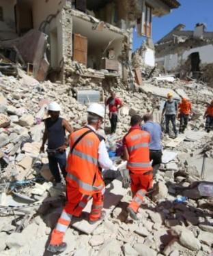 Terremoto-in-centro-Italia-le-immagini-di-Amatrice-distrutta-12-1-640x427