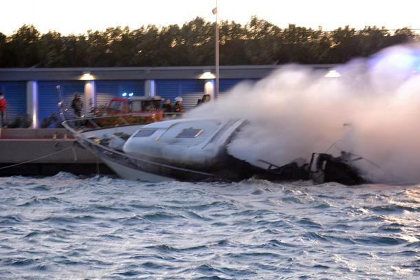 Loano, yacht in fiamme: tre morti