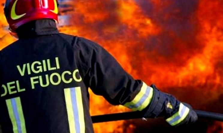 Firenze, palazzo in fiamme: paura e fuga sul tetto