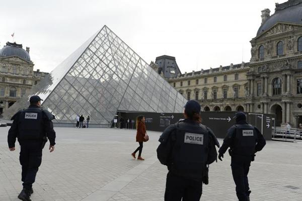 Attentato a Parigi, militare accoltellato al Louvre