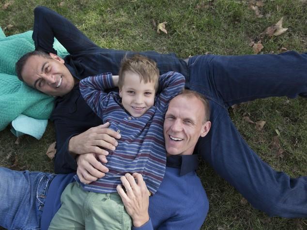 Adozioni in Italia: sì a gay, no a genitori 'maturi'