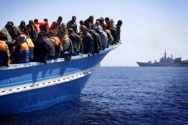 Migranti dirottano mercantile dalla Libia verso il Nord
