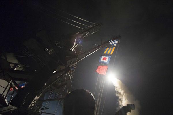 USA all'attacco: missili sulle basi di Assad