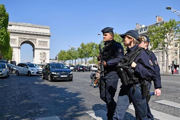 Francia, l'ISIS irrompe nelle presidenziali