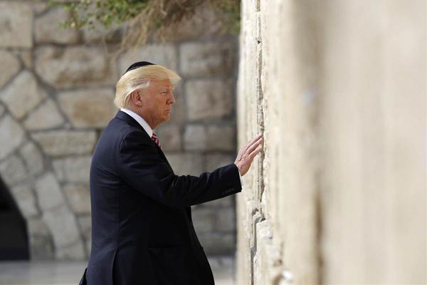 Trump in Israele prega al Muro del Pianto