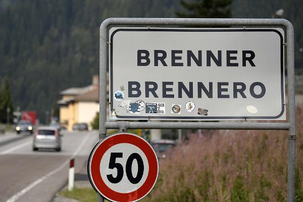Migranti, Austria invia blindati al Brennero