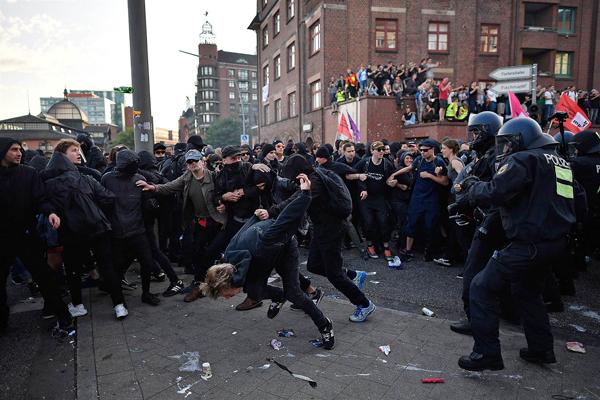 Scontri al G20 di Amburgo, oltre 250 feriti