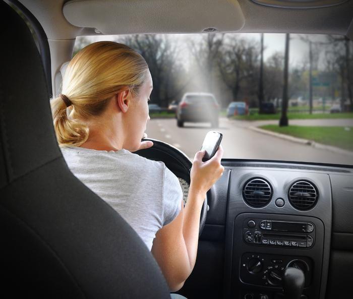 Cellulare alla guida, non passa la linea 'dura'