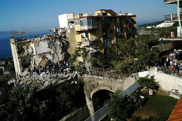 Torre Annunziata, crolla palazzina: 7 dispersi
