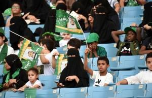 donne arabe per la prima volta allo stadio
