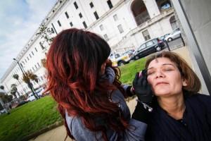 parrucchieri in strada a Napoli per dare un taglio alla povertà
