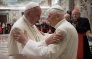 Ratzinger difende l'operato di Papa Francesco