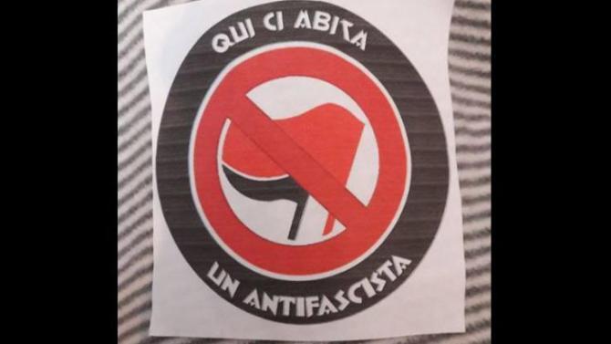 pavia__adesivi_su_citofoni_e_porte_di_casa___qui_vive_un_antifascista_