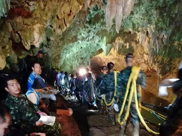 Thailandia, otto ragazzi in salvo