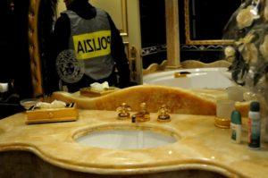 lavabo dorato Casamonica