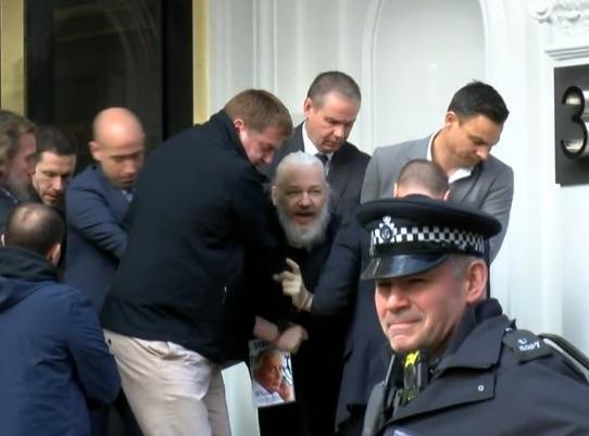 L'Ecuador consegna Assange a Londra