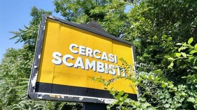 'Cercasi scambisti', svelato mistero dei cartelloni a Roma