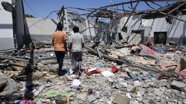raid su campo detenzione profughi in Libia