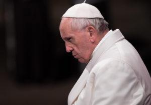 Il Papa guarda ai migranti ma perde fedeli. La sua azione ha svuotato e svilito la fede ormai lontana dalle teorie etico morali della dottrina teologica.