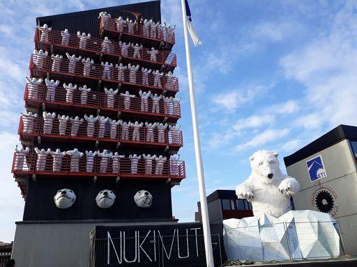 Orso polare di cartapesta in Groenlandia contro lo scioglimento deighiacciai