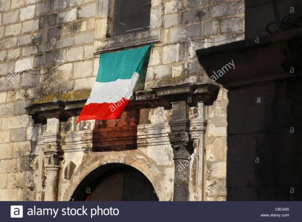 bandiera-italiana-su-un-edificio-di-guardiagrele-in-abruzzo-italia-c8c445