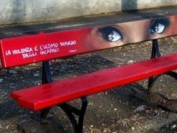 panchina-rossa-per-promuovere-messaggio-sociale-contro-violenza-sulle-donne