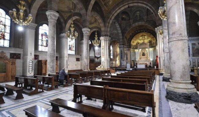 -la-celebrazione-di-una-messa-in-una-chiesa-vuota